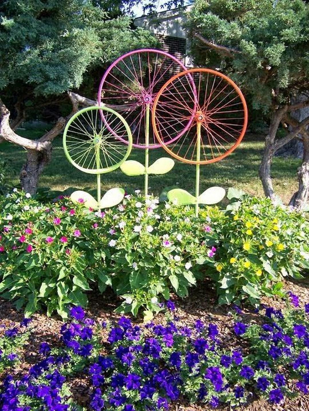 10 DIY Bicycle Wheel Flowers via simphome