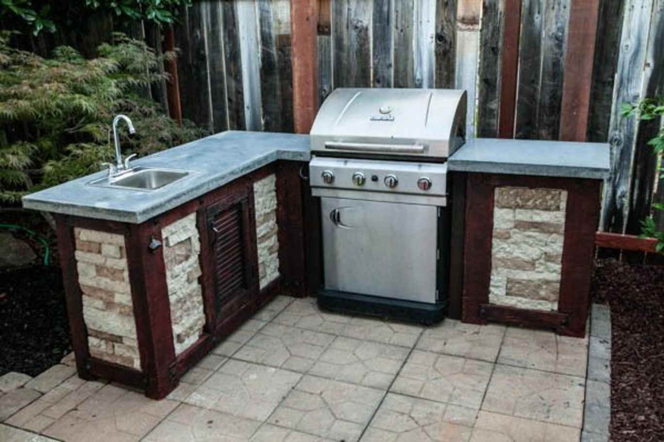 5. Rustic Outdoor Kitchen via Simphome