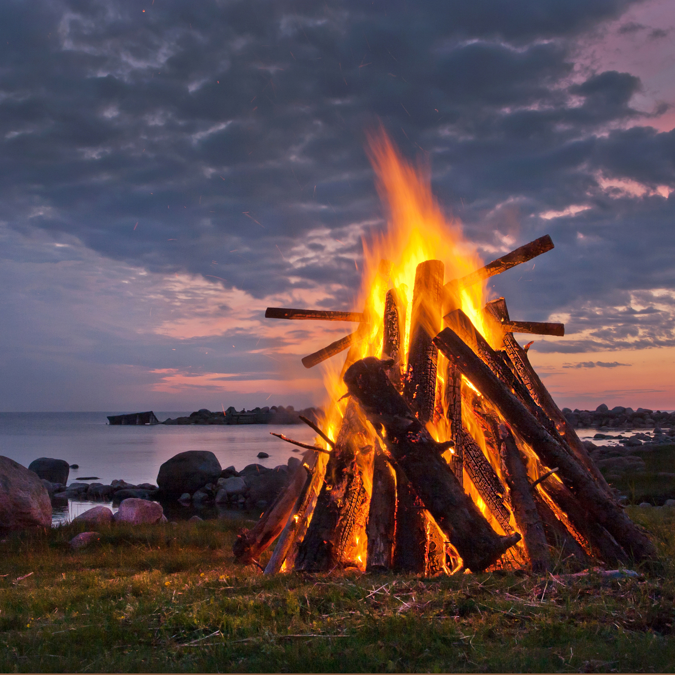 10 ideas How to host fun backyard bonfire parties via SIMPHOME.COM Featured Pinterest Image