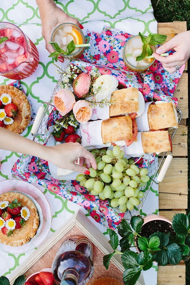 17.SIMPHOME.COM Mothers day backyard picnic via freutcake tripbeauty