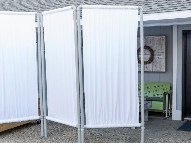 2. DIY Outdoor Privacy Screen via SIMPHOME.COM