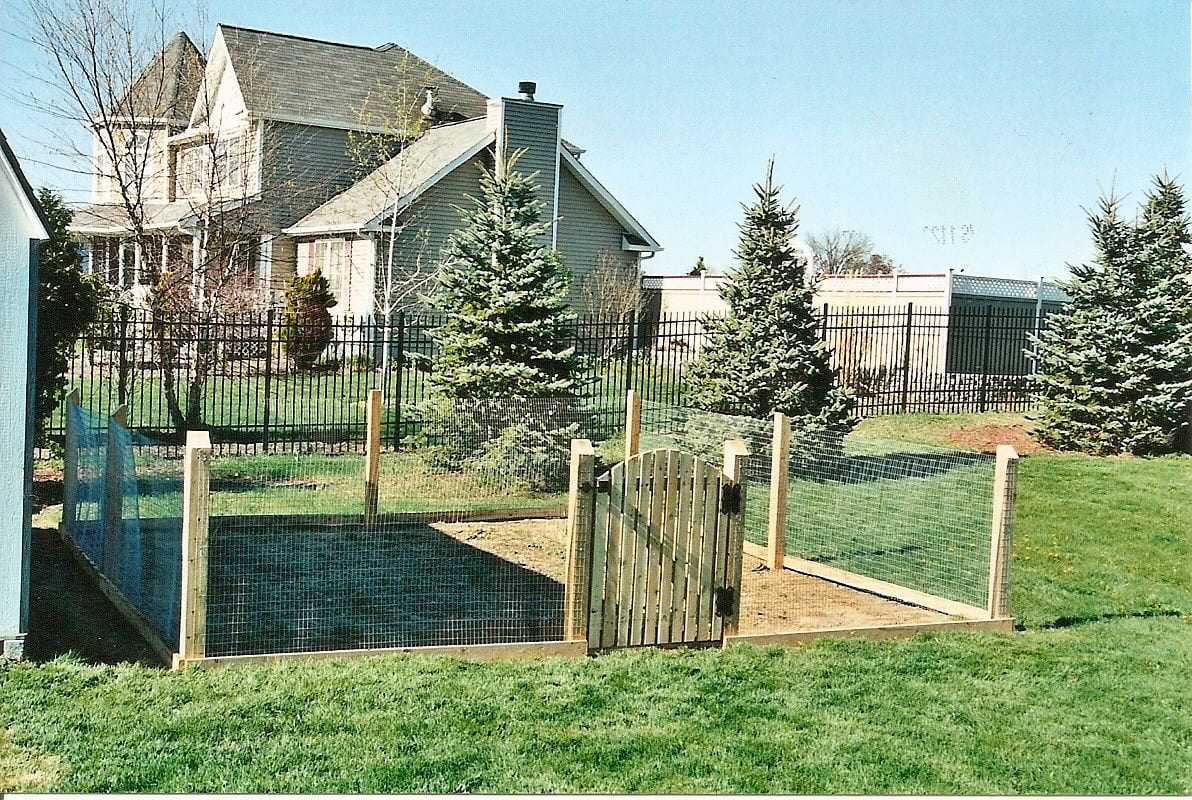 Simphome.com easy garden fence ideas post and rail and welded wire styles