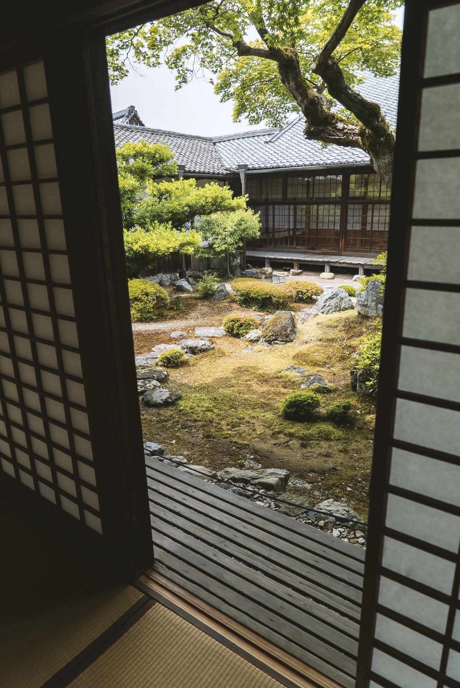 10.Small Japanese Inspired Backyard Ideas via Simphome.com
