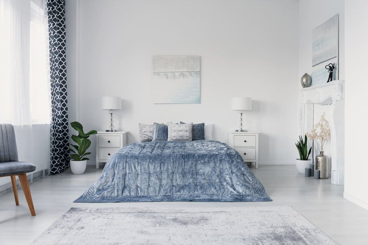8.Choose the Right Rug that Matches Your Bedding via Simphome.com