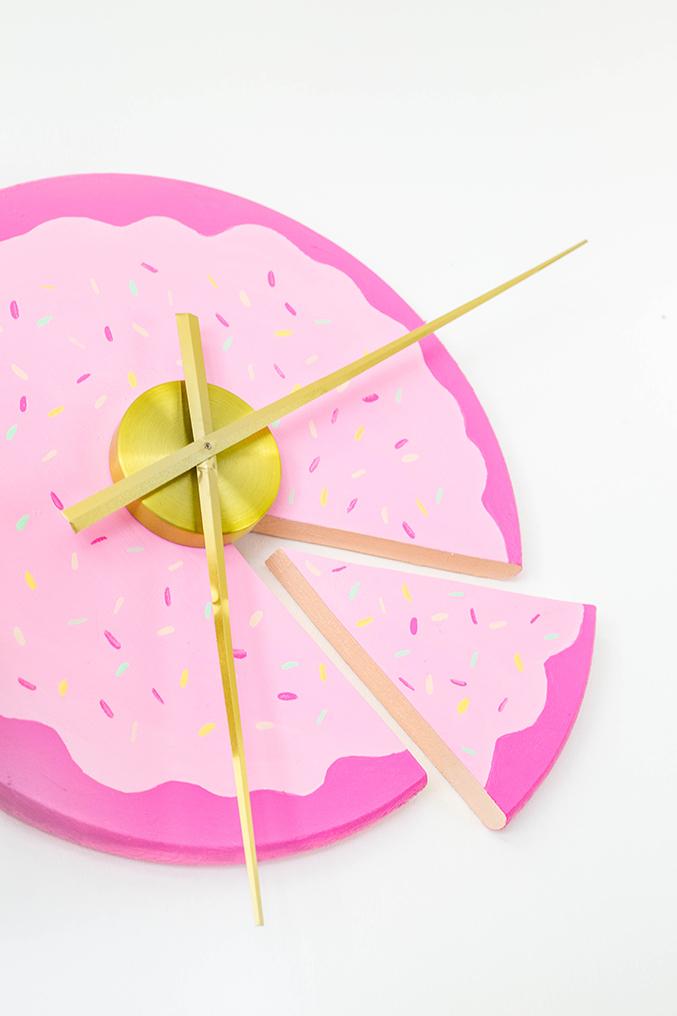 8.DIY Sliced Cake on the Wall Finished via Simphome.com
