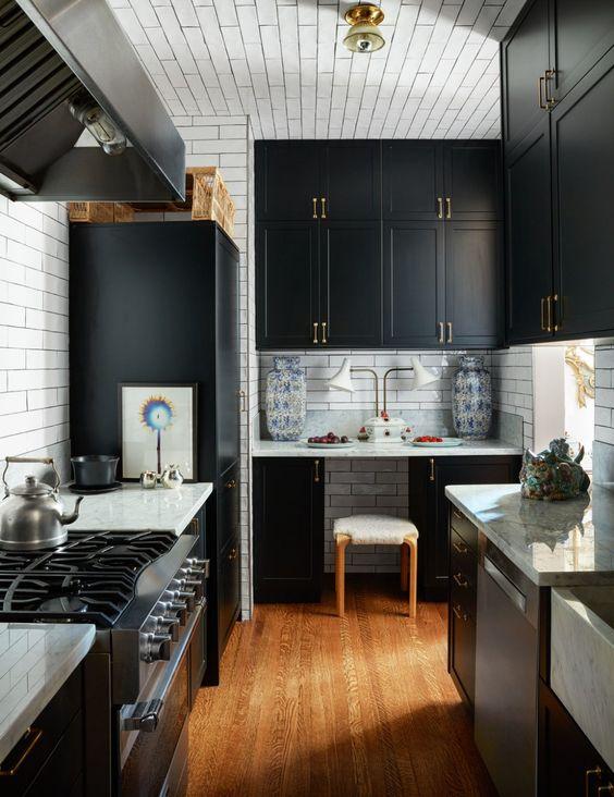 5.Elegant Black Kitchen By Simphome.com